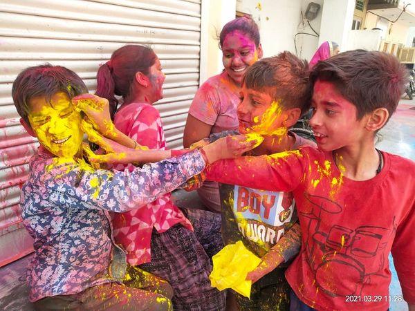 जयपुर में बच्चों की होली। गुलाल का प्रयोग ज्यादातर बच्चे कर रहे हैं।