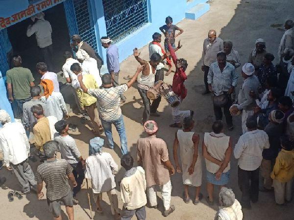 होली पर्व पर फागगाकर मृदंग की थाप पर झूमते लोग। - Dainik Bhaskar