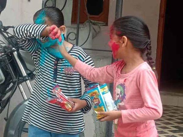 बच्चों ने एक दूसरे को रंग लगाया बच्चे रंगों से सराबोर दिखे