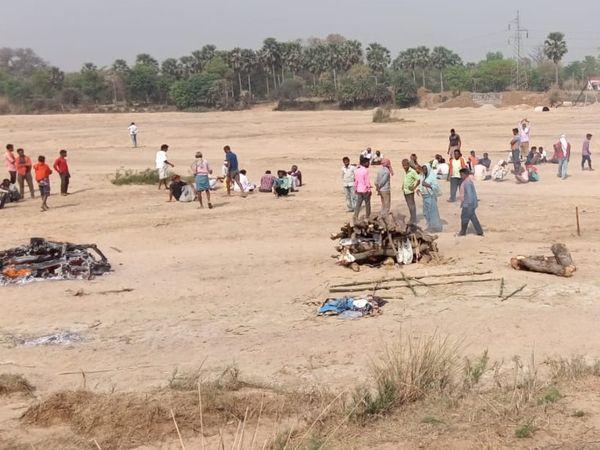 आग में झुलस कर मरे बच्चों का दाह संस्कार करते गांव के लोग। - Dainik Bhaskar