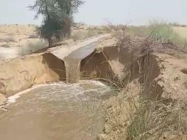 इंदिरा गांधी नहर में मोघा टूटने के बाद पानी इस तरह धोरों में बह जाता है। - Dainik Bhaskar