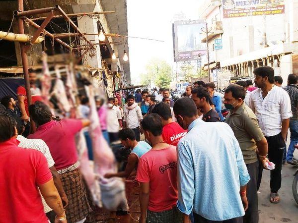 पटना में राजेन्द्र नगर ब्रिज के नीचे मटन खरीदने पहुंचे लोग - Dainik Bhaskar