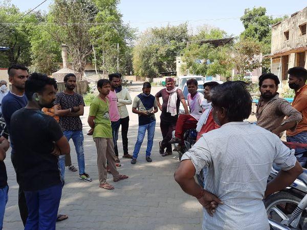 शहर में दो अलग-अलग थाना क्षेत्रों में दो लोगों ने फांसी लगाकर जान दी। पुलिस ने पोस्टमार्टम के बाद शवों को परिजनों के सुपुर्द किया। - Dainik Bhaskar