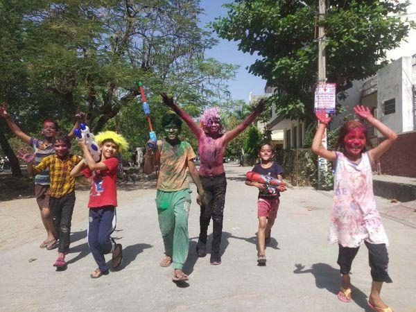 शहर की कॉलोनियों में शुरुआत छोटे-छोटे बच्चों ने की। हाथों में पिचकारियां लेकर एक दूसरे को रंग लगाते रहे