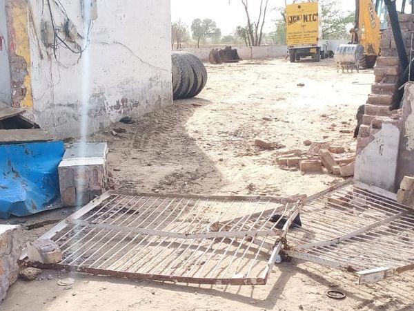 चोर इस दीवार को तोड़कर चोरी कर ले गया ट्रेक्टर। - Dainik Bhaskar