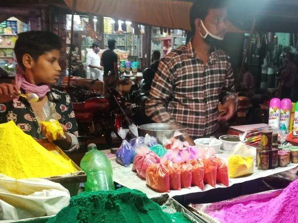 अलवर शहर में होपसर्कस पर गुलाल बेच रहा दुकानदार।
