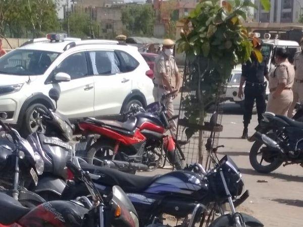शहर में शराबियों की सूचना मिलने पर एसपी भी पहुंची। - Dainik Bhaskar