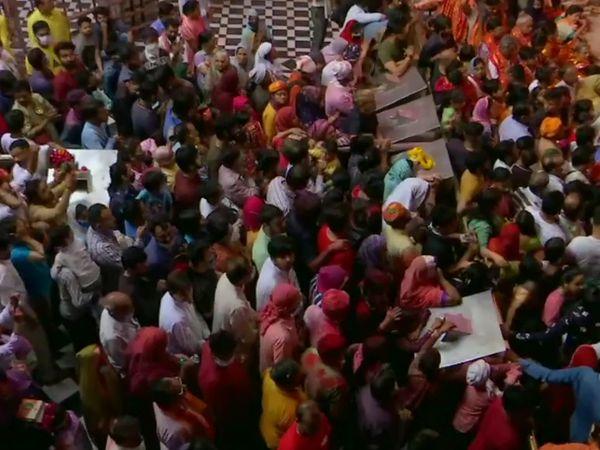 मथुरा-वृंदावन में सुबह से ही मंदिरों में भारी संख्या में लोग पहुंचने लगे थे। रंगों में रंगे हुए लोगों ने भगवान श्रीकृष्ण के दर्शन के साथ होली की शुरुआत की।