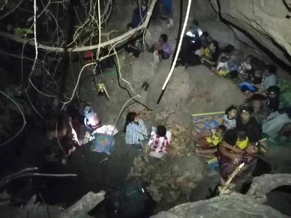 यह फोटो करेन प्रांत में हवाई हमले वाली जगह की बताई जा रही है। इसमें दिख रहे लोग म्यांमार सेना की एयर स्ट्राइक से बचने के लिए गुफा में छिपे हैं।