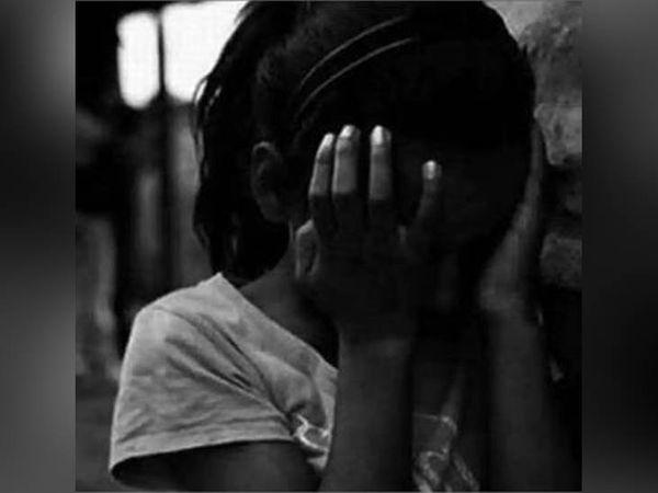 बच्ची के यौन उत्पीड़न की सिंबॉलिक इमेज। रविवार को मोहाली के डेरा बस्सी में 10 साल की एक बच्ची के साथ पड़ोसी किरायेदार द्वारा दुष्कर्म का मामला सामने आया है। - Dainik Bhaskar