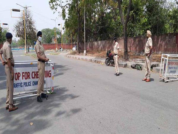 पुलिस नाके पर तैनात रही।