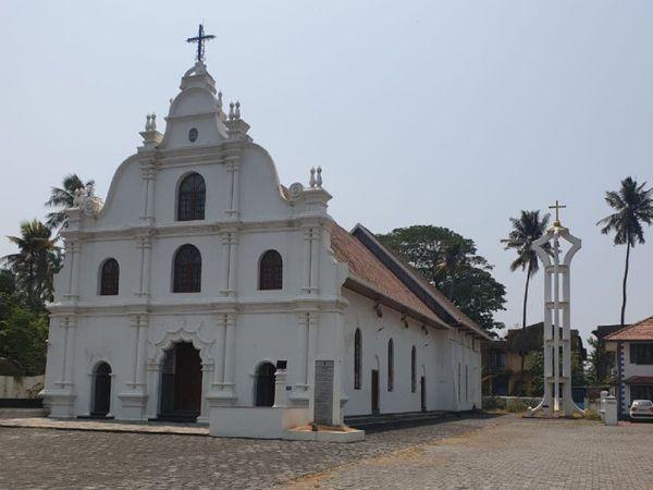 तस्वीर मट्टानचेरी स्थित आवर लेडी ऑफ लाइफ चर्च की है। यहां अच्छी तादाद में क्रिश्चियन वोटर्स भी रहते हैं।