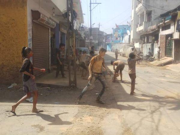 जबलपुर में बच्चों के बीच होली की मस्ती