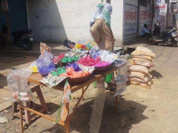 जबलपुर में रंग-गुलाल की दुकान पर ग्राहक का इंतजार