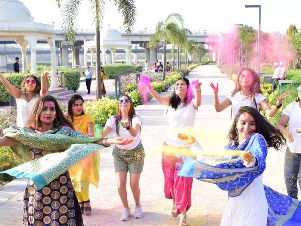 लखनऊ में होली खेलतीं युवतियां। - Dainik Bhaskar