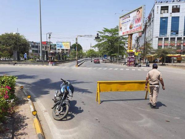 दोपहर के समय भी इंदौर में सड़कों पर सन्नाटा रहा