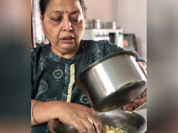 65 साल की मंजू पोद्दार ही सभी मिठाइयां और डिशेज बनाने का काम करती हैं। उन्हें पहले से ही अलग-अलग तरह के डिशेज बनाने का शौक रहा है।