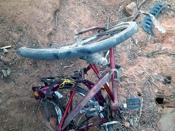 स्कॉर्पियो की टक्कर से क्षतिग्रस्त साइकिल।