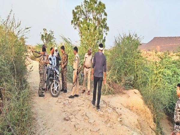 पगारा डैम के जंगल में घायल डकैत गुड्डा को तलाशती पुलिस पार्टी। - Dainik Bhaskar