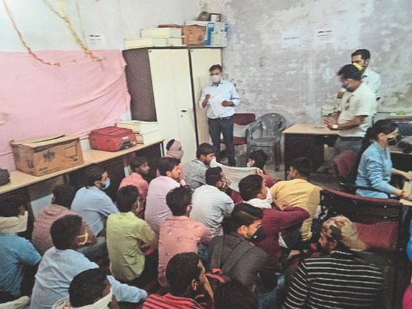 रोजगार मेले में युवाओं को जानकारी देते अिधकारी। - Dainik Bhaskar