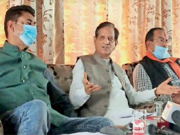धर्मशाला नगर निगम चुनाव प्रचार के दौरान पत्रकारवार्ता करते किशन कपूर। - Dainik Bhaskar