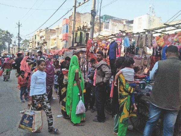 शहर के मुख्य बाजार में बगैर मास्क लगाए खारीदारी करती युवतियां। - Dainik Bhaskar