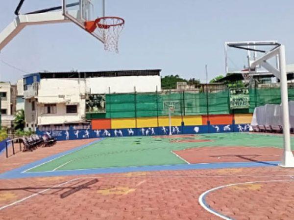 बास्केटबॉल कोर्ट, जहां रोज पांच शिफ्ट में बच्चों को ट्रेनिंग दी जाती है। - Dainik Bhaskar