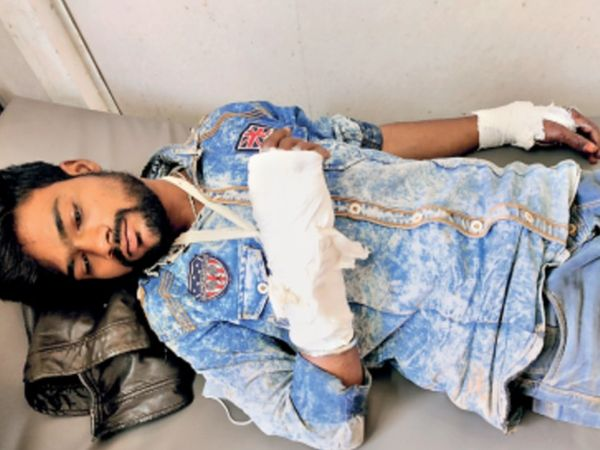 दुर्घटना में घायल दीपक जाटव अस्पताल में इलाज कराते हुए। - Dainik Bhaskar