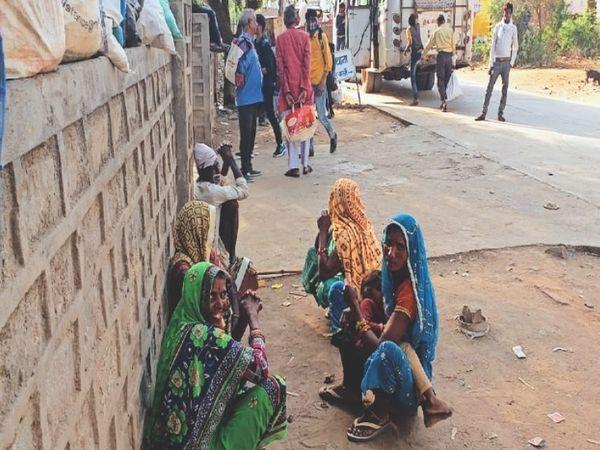 बस स्टैंड पर यात्री प्रतीक्षालय नहीं होने से यात्रियों को इस तरह करना पड़ता है वाहनों का इंतजार। - Dainik Bhaskar
