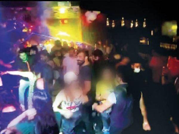 इस डिस्क में हर वीकएंड पर पार्टी हाेती थी, लेकिन पुलिस वालों को इसका पता ही नहीं चला। - Dainik Bhaskar