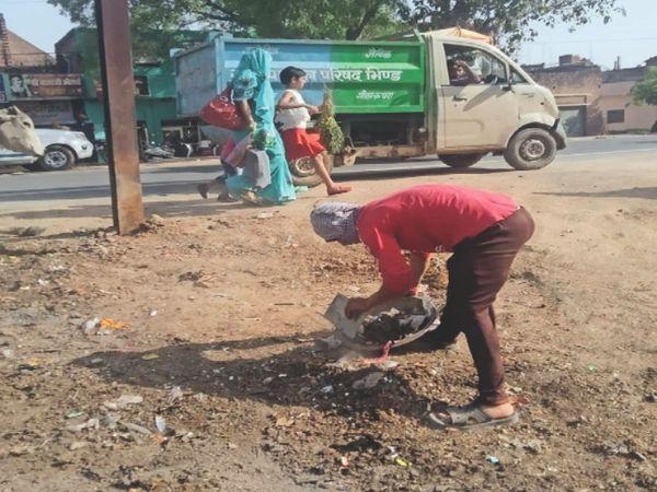 कचरा एकत्रित करते हुए नगर पालिका के कर्मचारी। - Dainik Bhaskar