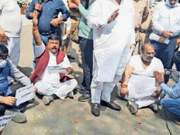 चंडीगढ़ में सीएम आवास के पास प्रदर्शन करते भाजपा नेता। - Dainik Bhaskar