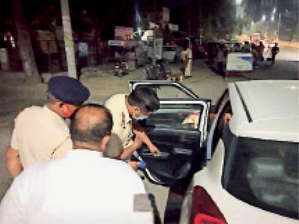 सिरसा। नाइट डोमिनेशन अभियान के दौरान वाहनों की जांच करते पुलिस कर्मचारी। - Dainik Bhaskar