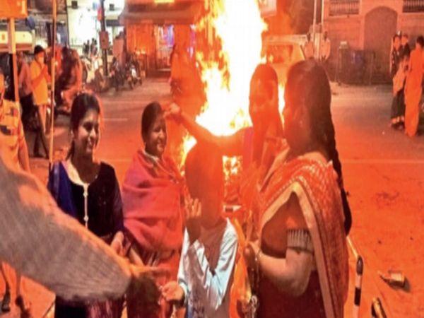 सनातन धर्म मंदिर में होलिका दहन के बाद गुलाल लगाती महिलाएं। - Dainik Bhaskar