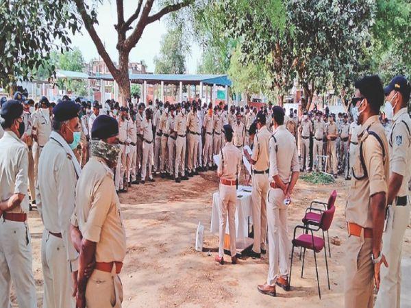 होली के त्योहार पर सुरक्षा व्यवस्था के लिए पुलिस जवानों को जिम्मेदारी सौंपते हुए अधिकारी। - Dainik Bhaskar