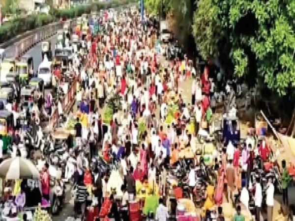 कोरोना के केस बढ़ रहे हैं, लेकिन पूणा-कुंभारिया रोड स्थित एपीएमसी मार्केट के बाहर एेसी भीड़ है। - Dainik Bhaskar