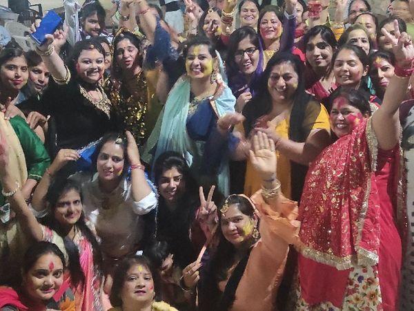 चुंदड़ी जयपुर ते मंगवाई, बलम पिचकारी, होली बिरज मा आदि गीतों पर रविवार को महिलाएं खूब थिरकीं। - Dainik Bhaskar