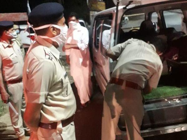 नाइट डोमिनेशन के दौरान वाहन की तलाशी लेती पुलिस। - Dainik Bhaskar
