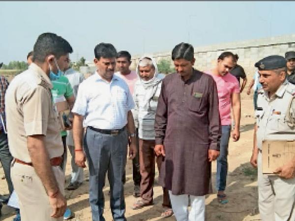 घटनास्थल का निरीक्षण करते पुलिस अधीक्षक राजेश दुग्गल। (इनसेट) गेस्ट टीचर अनिल का फाइल फोटो - Dainik Bhaskar