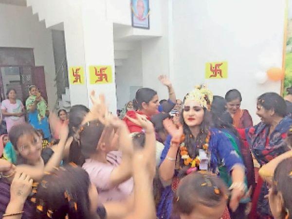 बहादुरगढ़ के शिव हनुमान मंदिर में कार्यक्रम के दौरान होली के गीतों पर थिरकते भक्तजन। - Dainik Bhaskar
