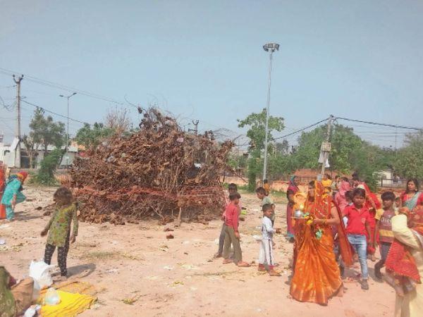झज्जर के रामलीला मैदान पर होलिका माता की पूजा करतीं महिलाएं। - Dainik Bhaskar
