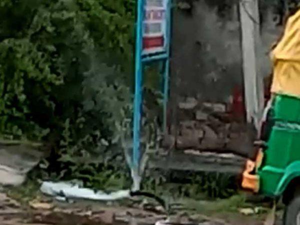 टीबी अस्पताल के पास टूटी हुई पाइपलाइन से निकलता हुआ पानी। - Dainik Bhaskar