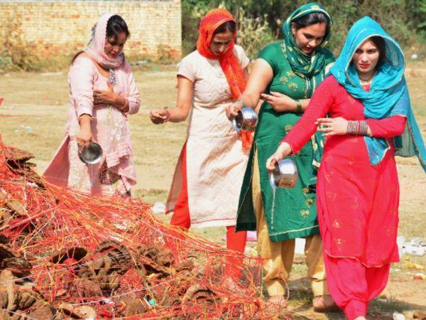 महिलाओं ने दोपहर में एकत्रित होकर होलिका का विधि-विधान से पूजन-अर्चन किया। - Dainik Bhaskar