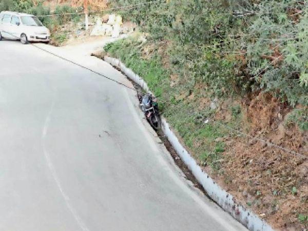 टुटू नालागढ़ रोड पर बनी नाली जो हादसों का कारण बन रही है। - Dainik Bhaskar
