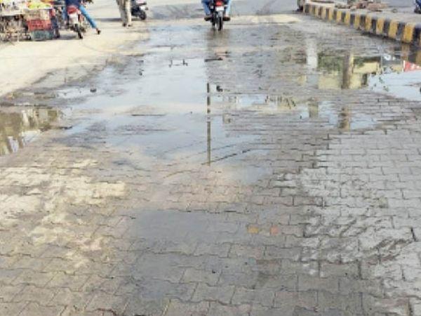 पानीपत. आठ मरला चाैक के पास निजी कर्मचारियों द्वारा अंडर ग्राउंड केबल दबाते समय पाइप टूटने से सड़क पर बहता पानी। - Dainik Bhaskar
