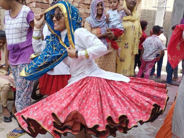 इसराना. नाैल्था में हाेली पर नृत्य करतीं लड़की। - Dainik Bhaskar