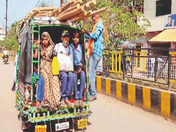 शहर के अटेर रोड पर क्षमता से अधिक ऑटो में सवार होकर जाते लोग। - Dainik Bhaskar