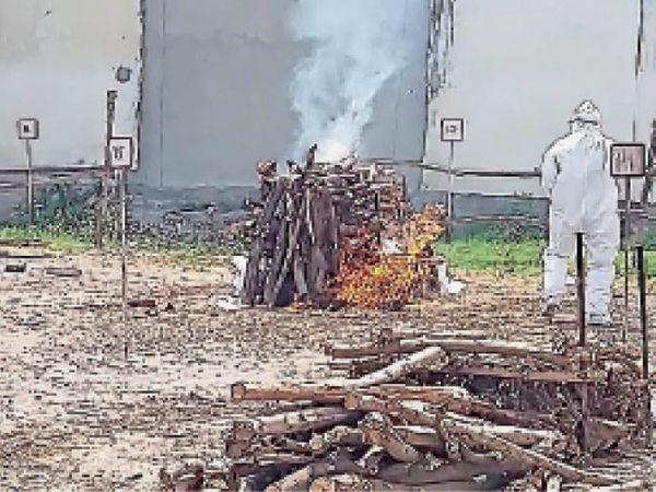 अम्बाला | कोरोना मरीज का अंतिम संस्कार करती नगर निगम की टीम। - Dainik Bhaskar