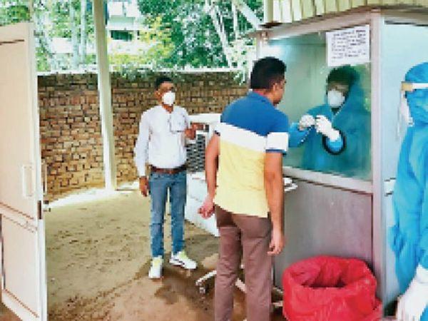 बीके अस्पताल में कोरोना जांच के लिए सेंपल देते लोग। - Dainik Bhaskar