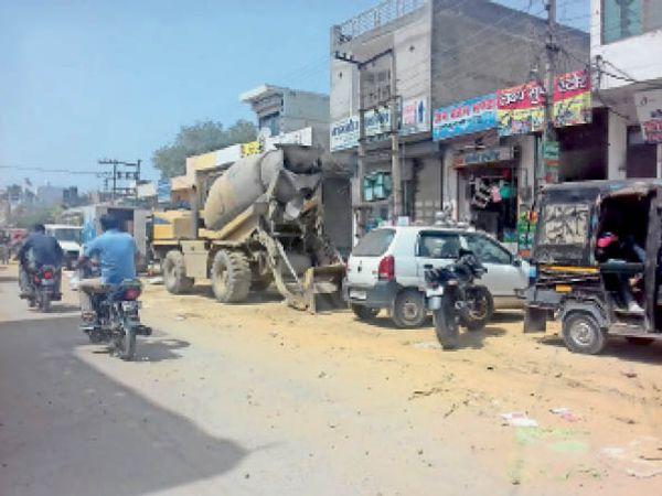 जींद. रेलवे रोड पर खड़ी सड़क बनाने वाली मशीन। - Dainik Bhaskar